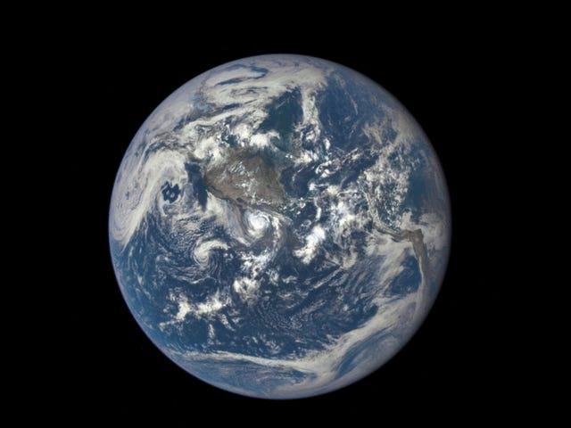 Assista ao lado escuro da lua enquanto passa na frente da Terra