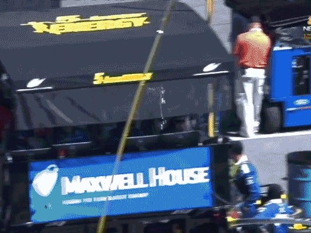 Denna dude som går igenom NASCAR-burkarna med en huv är vår nya hjälte