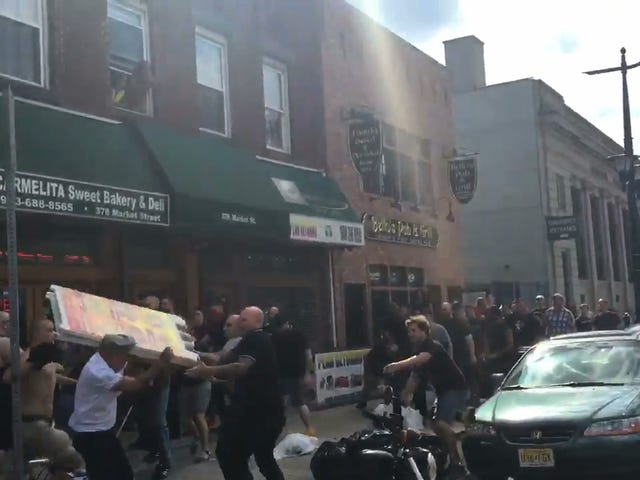 Sandwich Board Menjadi Senjata di New Jersey Soccer Fight