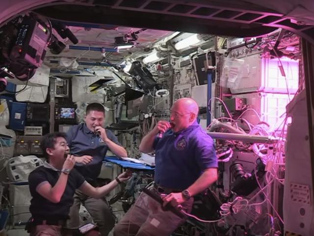 ISS Astronauts Just Ate den första salladvuxen i rymden!