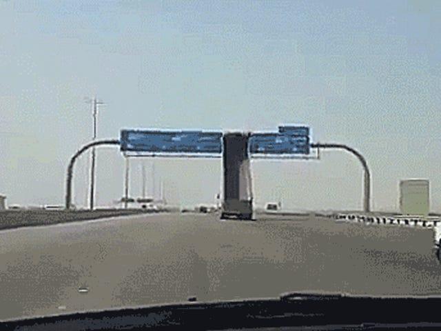 การขับรถบรรทุกขับขึ้นตั้งเต็มแรงขับผ่านป้ายถนน