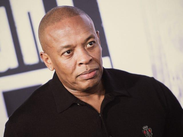 Đây là cảnh lạm dụng bác sĩ Dre được cắt từ kịch bản <i>Straight Outta Compton</i>