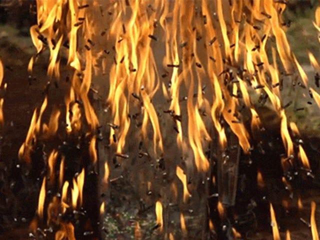 スローモーションで爆発するマッチ棒の爆弾は火の雨のようです
