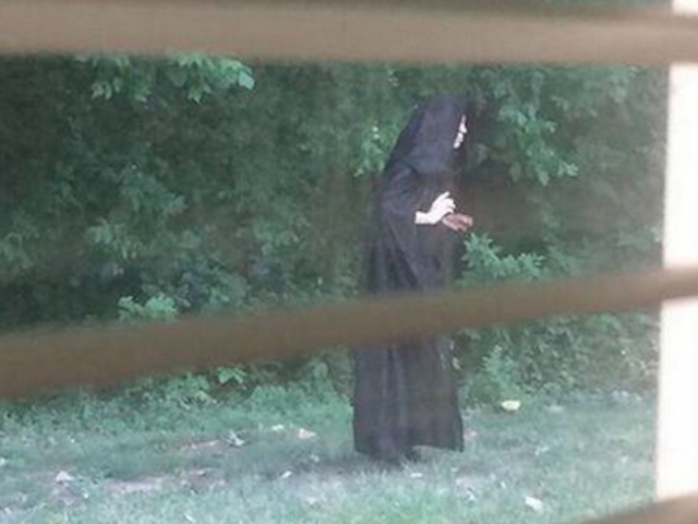 Idag i slutet är i närheten: En kluckad person lämnar rå kött på lekplatsen