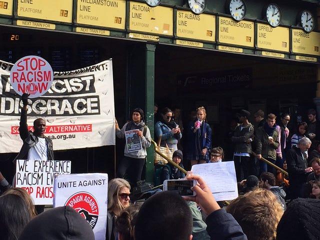 オーストラリア、メルボルンで大型人種差別主義者ビザの取り締まりが中止