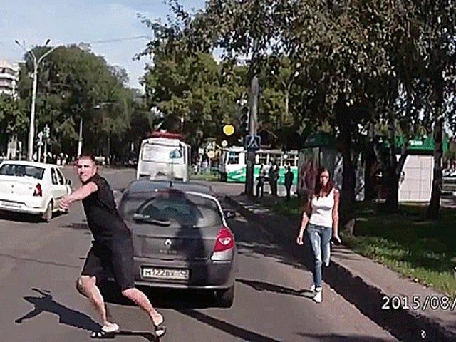 रूसी रोड रेजर ट्रैफिक में शूटिंग के लिए एक्स आक्रमण से निकलता है