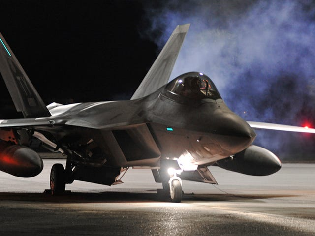 F-22 Raptors ลงมาสู่ยุโรปในการติดตั้งครั้งประวัติศาสตร์