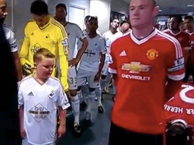La mente di Little Kid viene spazzata dopo aver realizzato che è in piedi accanto a Wayne Rooney