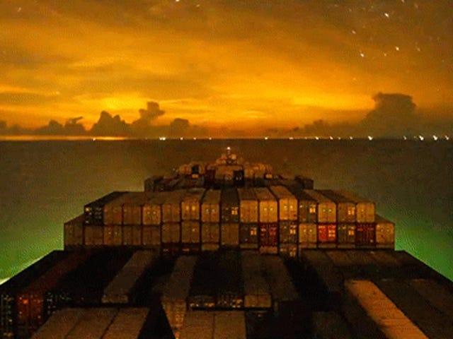 Một chiếc tàu container đi du lịch vòng quanh đại dương vào ban đêm là một trong những điều đẹp nhất
