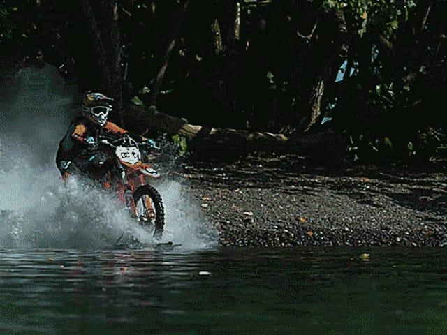 Cómo pasó un hombre dos años construyendo una motocicleta que puede surfear