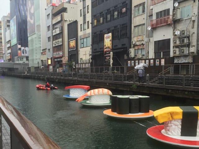 Sushi gigante galleggia attraverso Osaka
