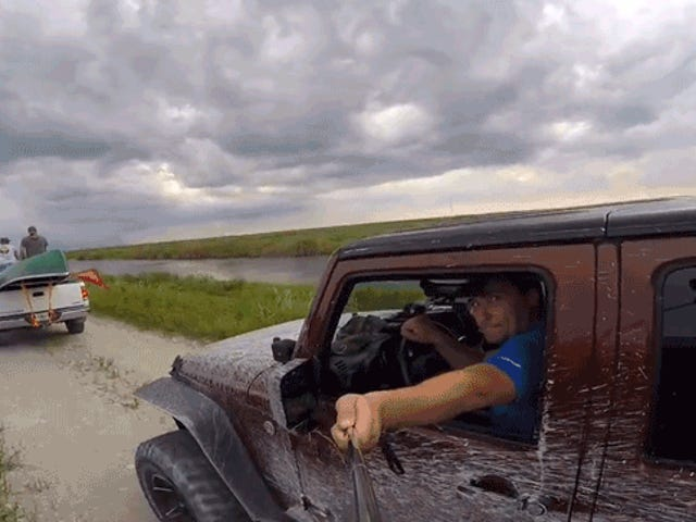 Watch This Dude With A Stick Selfie Drive kanyang Jeep Sa Isang Canoe