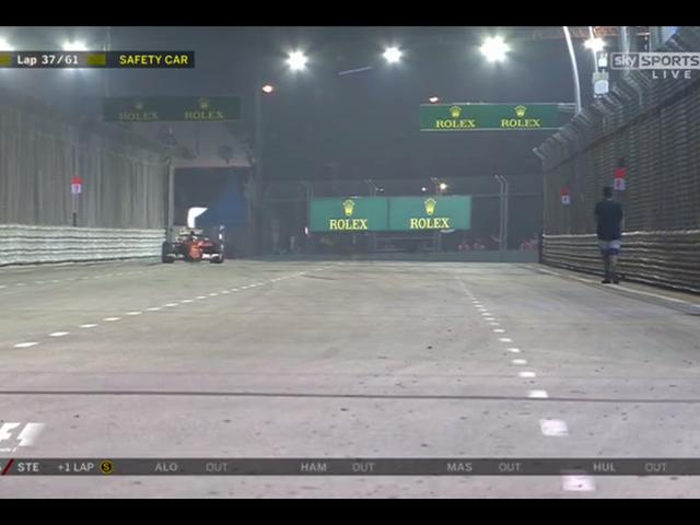 Slumpmässig Fan Walks On Track Under F1 Race