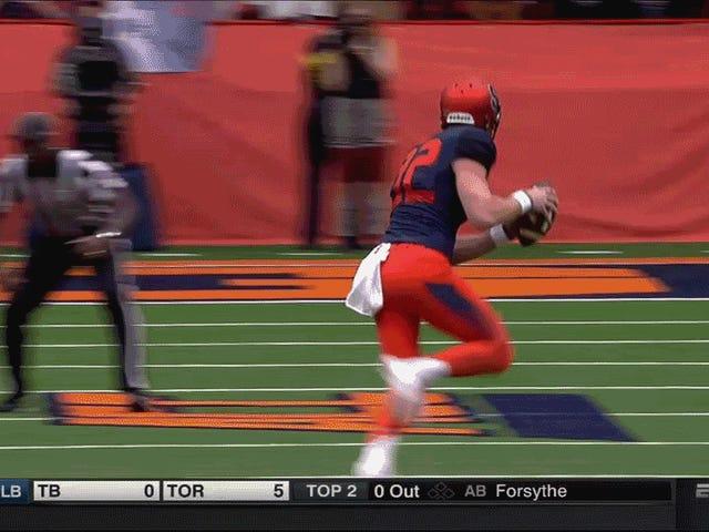 Difensori di Syracuse Punter LSU Defender On Fake Field Goal