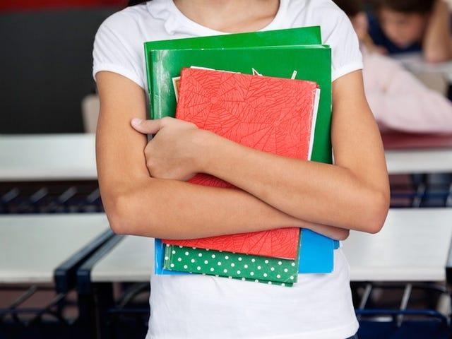 ग्रीन के गलत छाया पहनने के लिए 8 साल की पुरानी लड़की निलंबित
