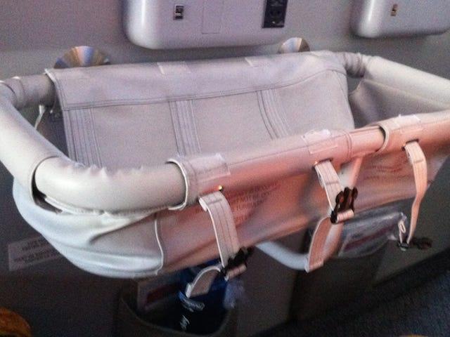 Richiedi un Bassinet per mantenere il tuo bambino comodo e tranquillo su voli lunghi