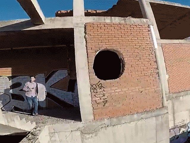 Regardez un drone incroyable voler à une vitesse folle dans un bâtiment abandonné