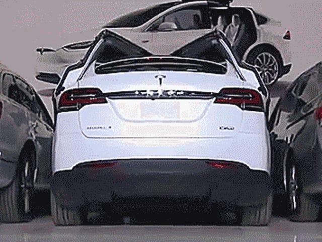 W jaki sposób drzwi Falcon Tesli Model X radzą sobie z ciasnym miejscem parkingowym