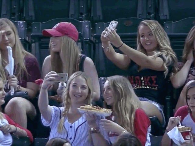 Voici ces filles héroïques de sororité ignorant un jeu de base-ball pour prendre des idées d'amour