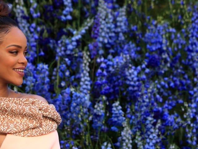 Rihanna näyttää Pretty in Pink Diorin Pariisinäyttelyssä