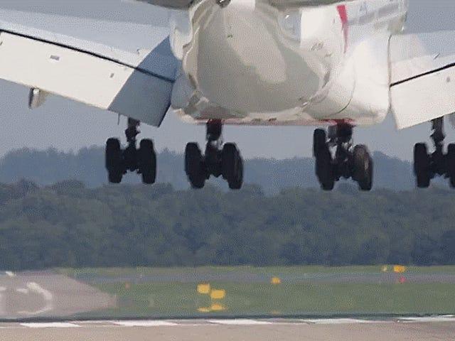 นี่คือมุมมองใหม่ใน Airbus A380 Landing In Crosswind