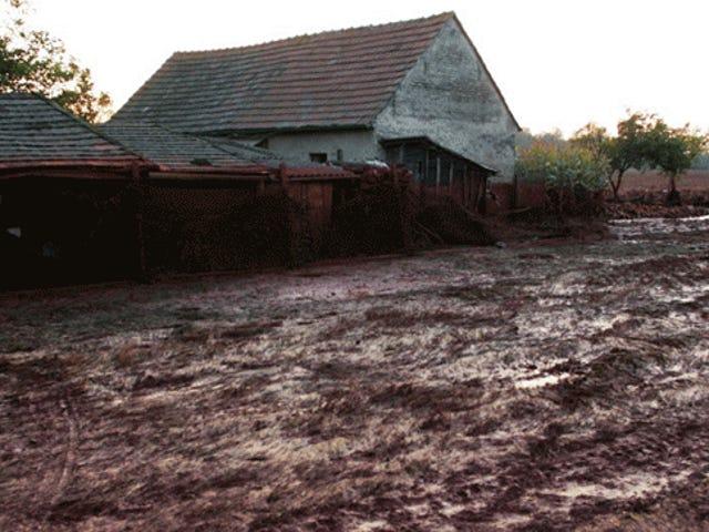 Myrkyllisen punaisen lietteen täysin tuhoaman pienen kylän uudelleen käyminen