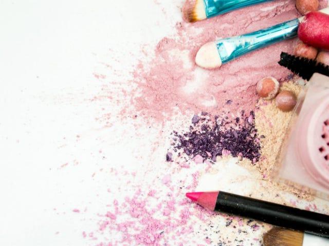 Kritiker säger att bröstcancervårdspaket kan ha smink med potentiellt cancerframkallande kemikalier