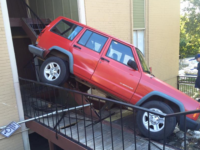 Ten Jeep XJ wyruszył w drogę prosto w kompleks apartamentów