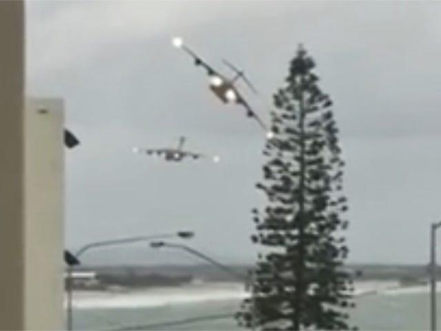 C-17のこのペアを見て、壮観なファッションでオーストラリアのビーチタウンをバズ