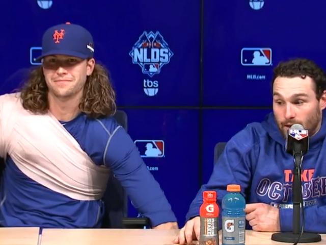 La conferenza stampa di Mets discende nel concorso di burle per abbassare la sedia
