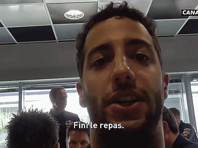 เข้าไปในคอกใน Sochi F1 Paddock อย่างที่ Daniel Ricciardo Messes กับทุกคน