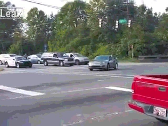 Женщина делает пончики в пересечении, Rams Cops, Rolls Car, имеет полный день