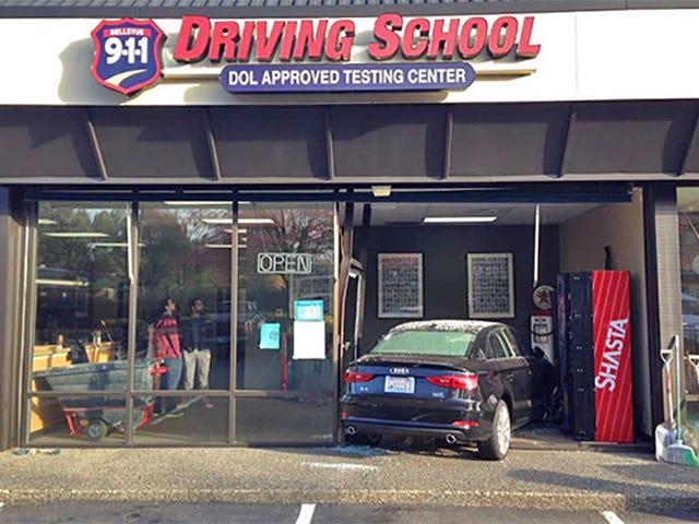 学生の運転手は彼女が建物を通り抜けるまで大いにやっていた、と警官は言う