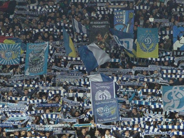 Μαύρο Ντιναμό Κίεβο ανεμιστήρες επιτέθηκε από άλλους Ντιναμό Κίεβο ανεμιστήρες