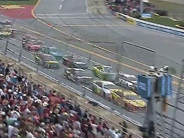 NASCAR-Fans glauben, dass dieses lächerliche Wrack, das am Ende des Rennendes endete, beabsichtigt war