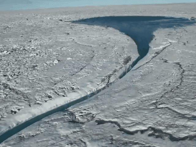 Crazy Drone Footage Menunjukkan Tasik Besar Melted Ais di Greenland