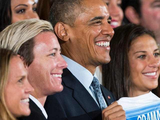 ओबामा ने अमेरिका की महिला फ़ुटबॉल टीम का सम्मान किया: 'प्लेइंग लाइक ए गर्ल मीन्स यू आर ए बदमाश'
