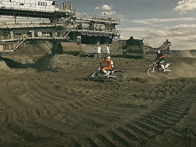 Mira estos dos KTM convertir esta mina de carbón en su patio de recreo