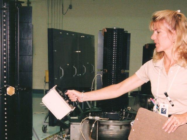 Miten testataan plutoniumikäyttöistä avaruusalusta?  Hyvin varovasti.