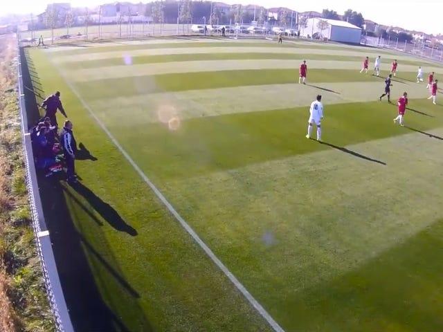 Roemeense jeugdcoach verslaat een 16-jarige speler midden in een wedstrijd