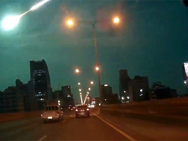 Spektakulär meteor explosion lyser upp natthimlen i en perfekt alienblå