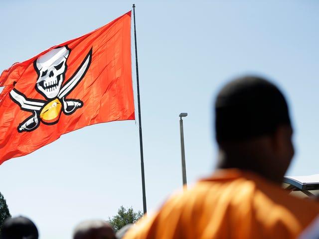 Người hâm mộ khổng lồ bị bắt vì cáo buộc cố gắng đốt cháy lá cờ Buccaneers khổng lồ