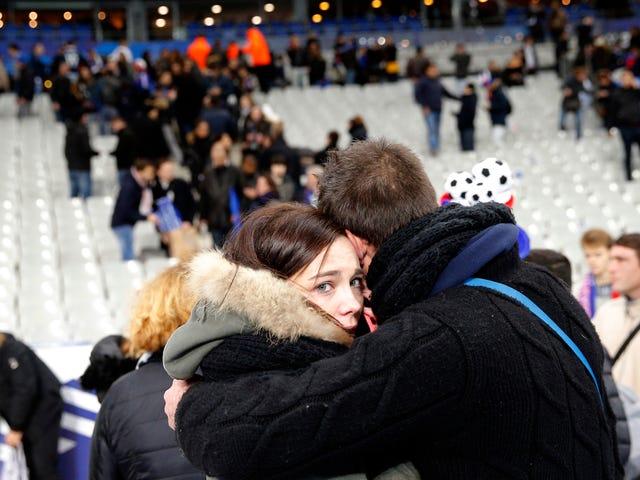 Decisione di non evacuare lo Stade de France durante gli attacchi a Parigi può aver salvato molte vite