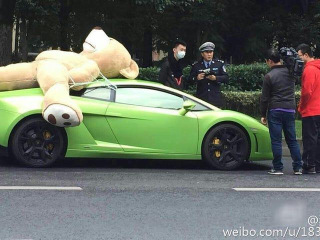 Pemilik Lamborghini Cina Dilaporkan Diterangkan Untuk Memandu Dengan Bear Stuffed Giant Di Bumbungnya