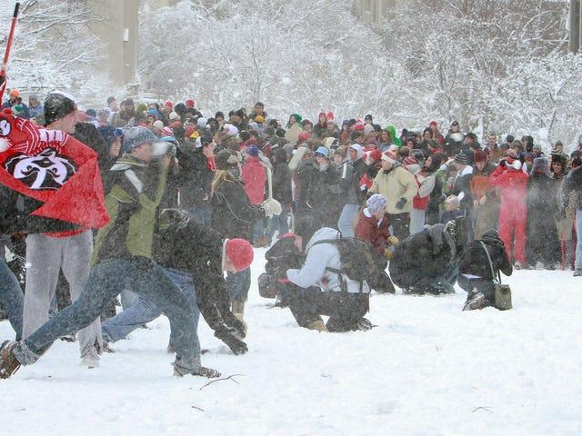 Wisconsin Cheerleaders Forlade Fieldet efter Hjem Fans Pelt Them Med Snowballs (UPDATE: Refs Too)