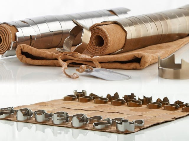 Stackable Chess Pieces Skjul en rullet op læder bord inde