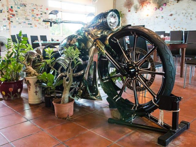 Mire este Chopper Comience para arriba dentro de un restaurante en Taiwán y entienda Harleys para siempre