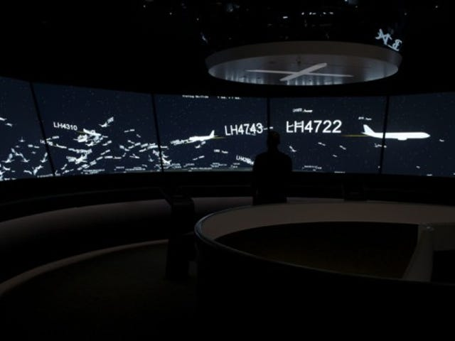 Giant Wraparound Screen Shows Air Traffic in Real-Time
