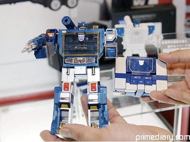 """Hands On With the Transformers MP3 Player (Verdict: """"We Want"""")"""