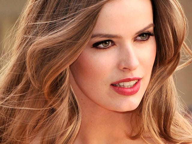 Robyn Lawley Would Prefer You Not Label Her a 'Plus Size' Model